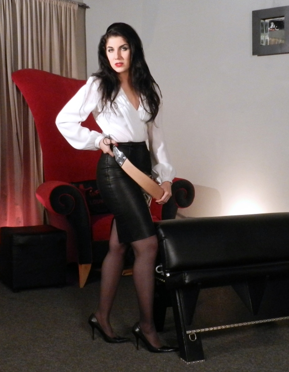 vinyl-queen-standing-blk-leather-skirt